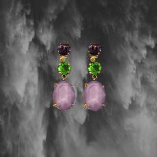 Pendientes-constan-de-varias-piedras-de-cristal-swarovski-en-colores-morado-malva-y-verde..png