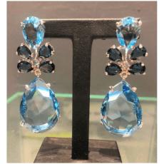 Pendientes largos con piedras de cristal swarovski en dos tonos de azul.