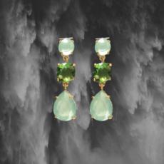 Pendientes de plata de ley bañados en oro que constan de tres piedras de cristal swarovski en color verde agua y esmeralda.