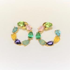 Pendientes aro dorados con piedras de colores cristal swarovski.