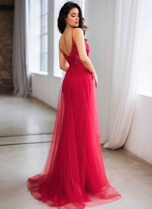 vestido de noche con adorno y sobrefalda de tul color rojo cereza 2